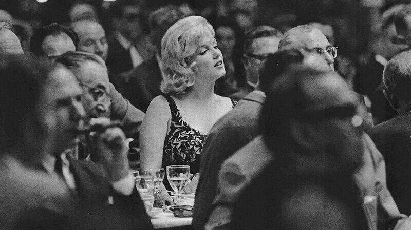 Никто ещё так завороженно и эротично не слушал речь первого секретаря ЦК КПСС Никиты Сергеевича Хрущева как Мерилин Монро. США, 1959 год.