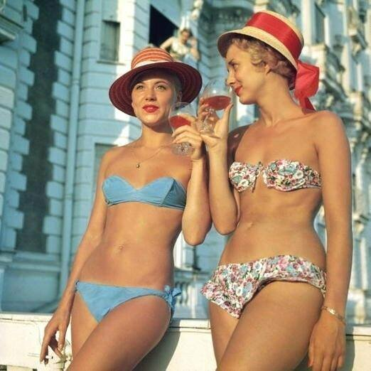 Канны, 1958 год. Очень смелые, как для того времени, наряды.