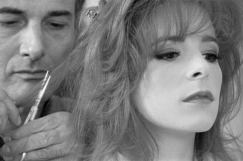 """Милен Фармер меняет причёску перед началом работы над новым альбомом """"L'Autre"""", 1991."""
