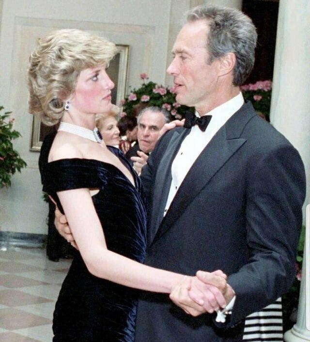 Принцесса Диана танцует с Клинтом Иствудом на ужине в Белом доме, устроенном президентом и первой леди Рейганом в 1985 году.