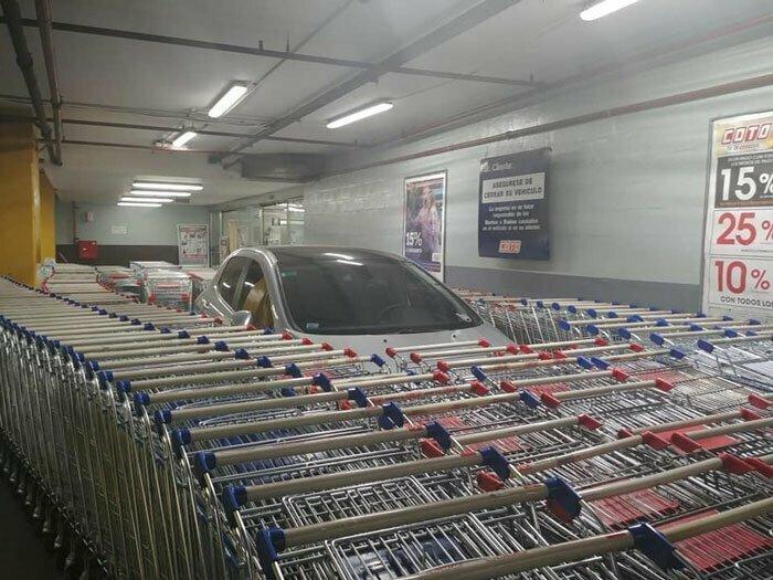 Кто-то неправильно припарковался и сотрудники магазина отомстили