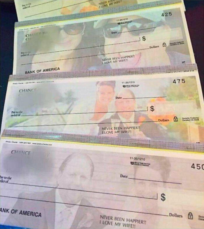 """Мужчина напечатал специальные бланки для выплаты алиментов бывшей жене, которая его бросила. На них он, его новая жена и надпись """"Никогда не был так счастлив! Я люблю свою жену!"""""""