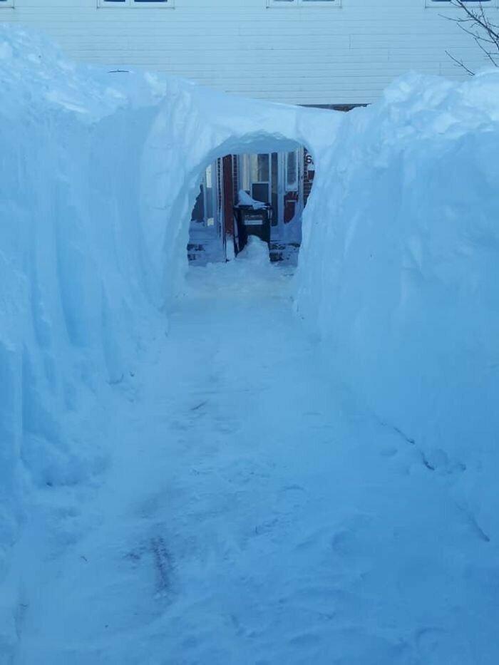 """""""Снег достаточно глубокий, если в нем можно прорыть туннель ко входной двери"""""""