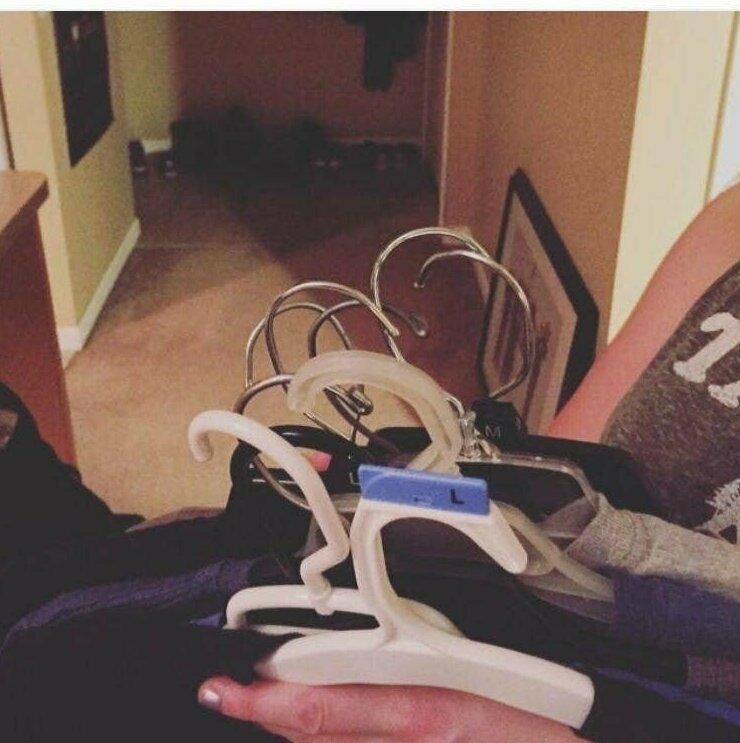 """""""Муж передал мне одежду на вешалках и попросил развесить в шкаф. Повернуть вешалки так, чтобы это было легко сделать, он не догадался"""""""