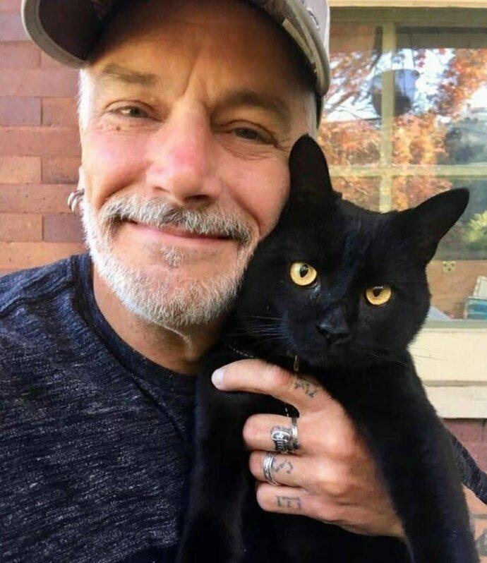 """""""Мой муж - такой типичный брутал, в татуировках, музыкант, и всегда ненавидел кошек. В прошлом году случайно обзавелся новым другом"""""""