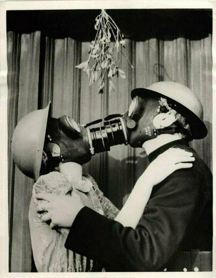 Поцелуй в противогазах. Вторая мировая, Великобритания, 1940 год