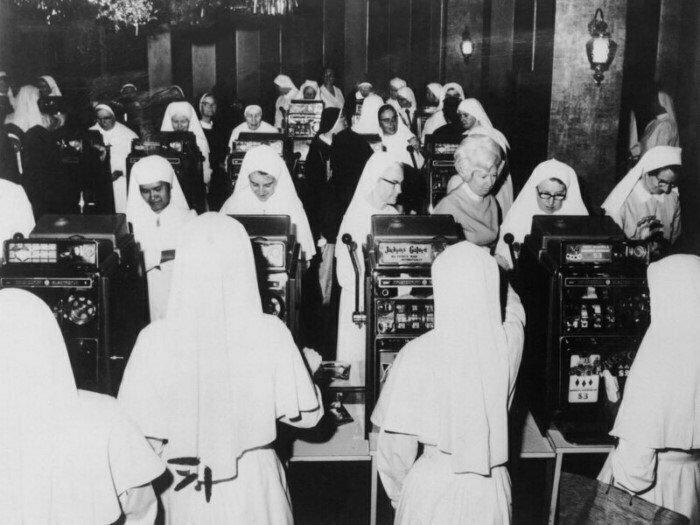 Монахини в игорном клубе. Сидней, Австралия, 1971 год.