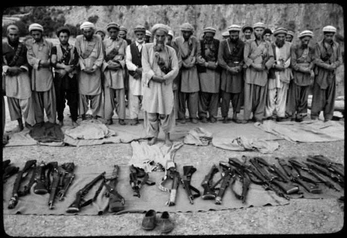 Афганские моджахеды во время намаза. Война в Афганистане, 1980-е
