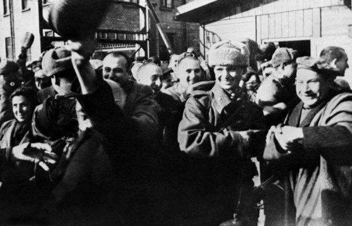 Советские солдаты освобождают заключенных Освенцима. Польша, 21 января 1945 года
