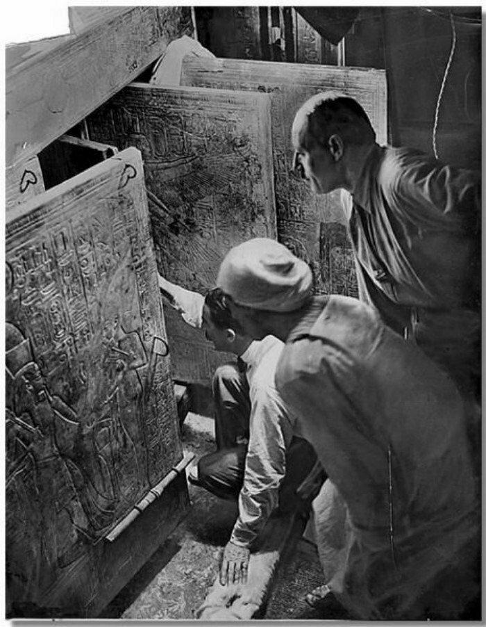 16 февраля 1923 года Картер вскрыл гробницу Тутанхамона, где стоял огромный деревянный саркофаг, обитый золотыми пластинами.