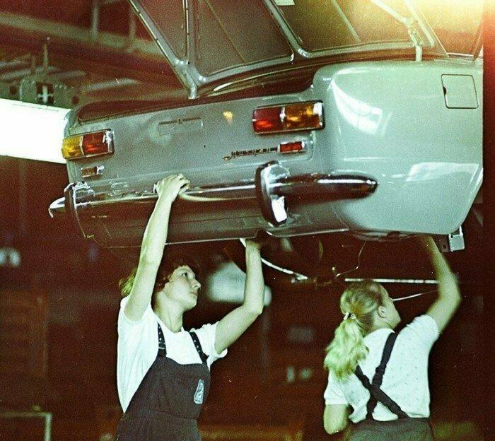 Девушки на сборочной линии АвтоВАЗа. Тольятти, 1981 год.