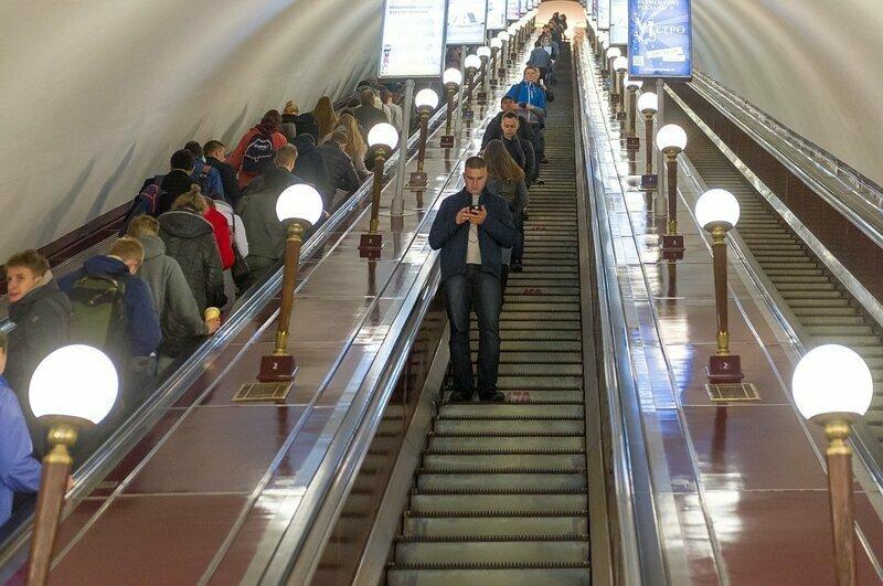 Отчего поручень эскалатора отстает от движения его же ступеней?