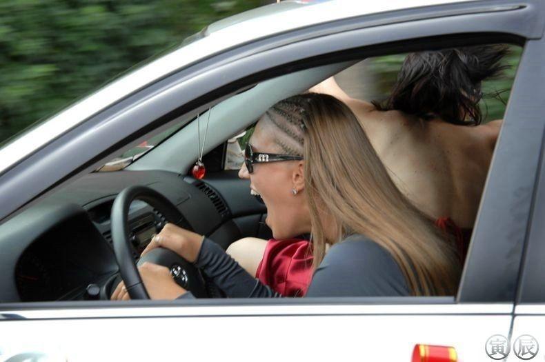 Девушки и автомобили: история непростых взаимоотношений