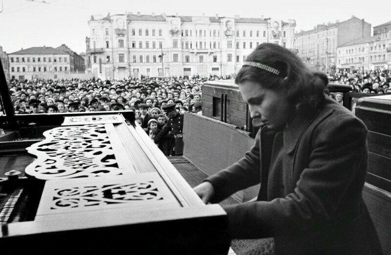 Пианистка Московской консерватории Нина Петровна Емельянова во время выступления на площади Маяковского в Москве. СССР. 9 мая 1945 г.