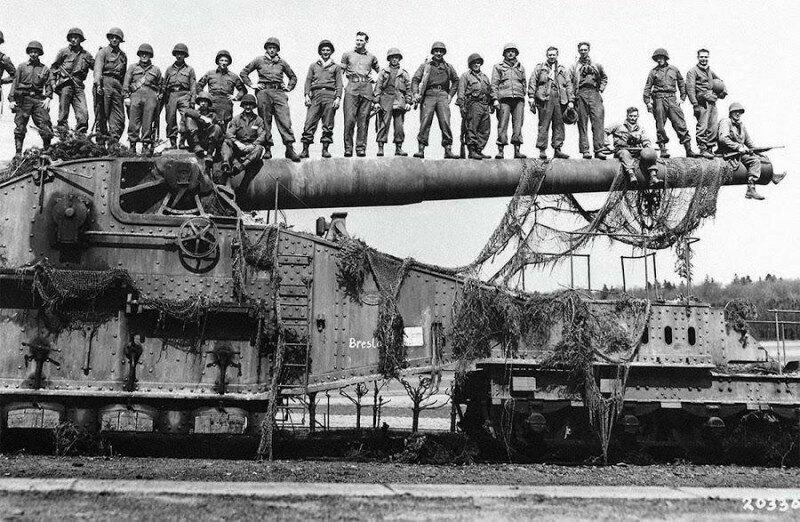 Захваченное железнодорожное орудие. Германия, 1945