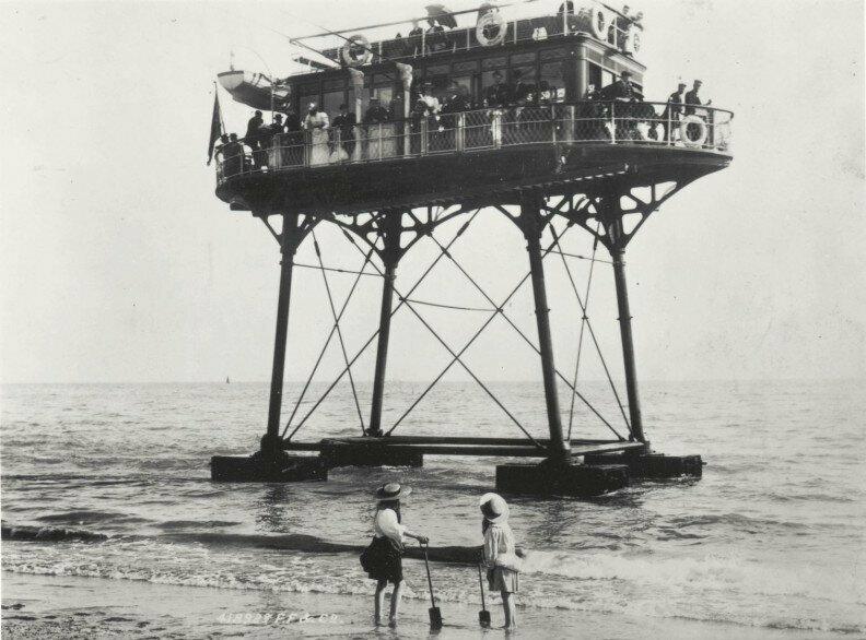 Daddy Long Legs («длинноногий папочка») — транспортное средство, нечто среднее между трамваем и паромом, действовавшее в Брайтоне (Великобритания) с 1896 по 1901 год