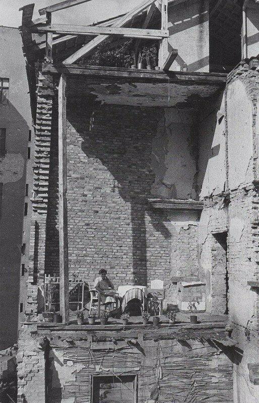 Женщина в своей разбомбленной квартире. Берлин, 1945