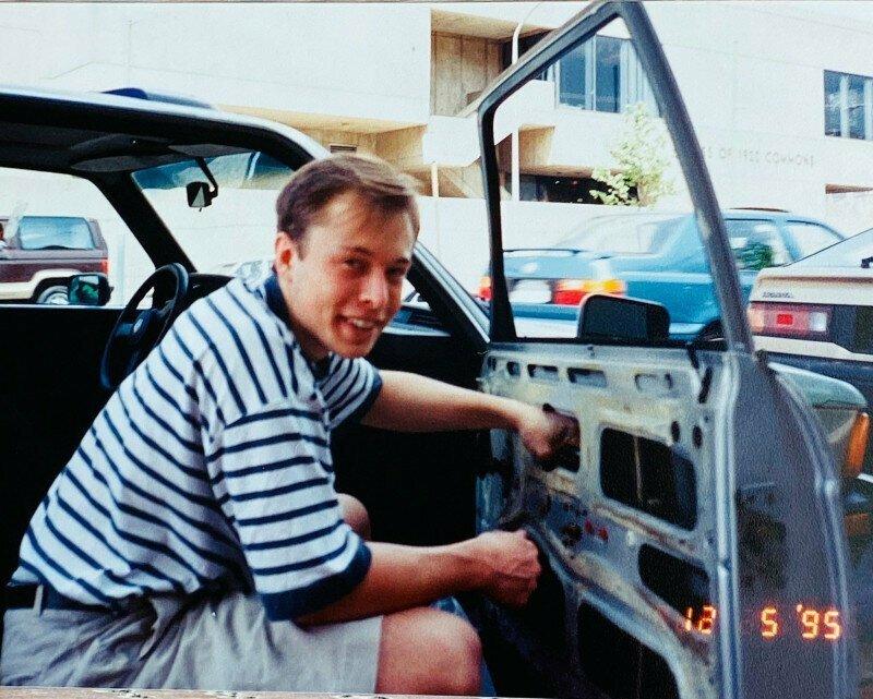 Илон Маск со своей первой машиной BMW 320i, 1995 год