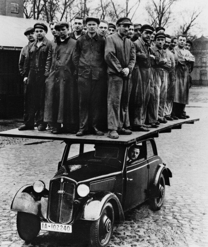 Проверка на прочность деревянного кузова немецкого автомобиля DKW F8. На машине стоят не менее 28 человек. Фото 1939 года.