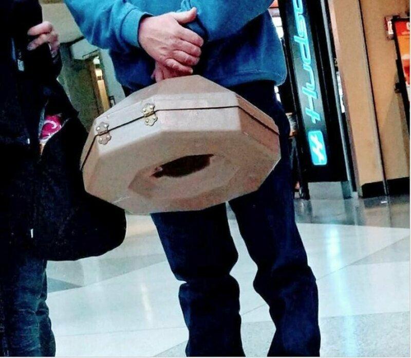 В аэропорту заметил вот такой чемоданчик