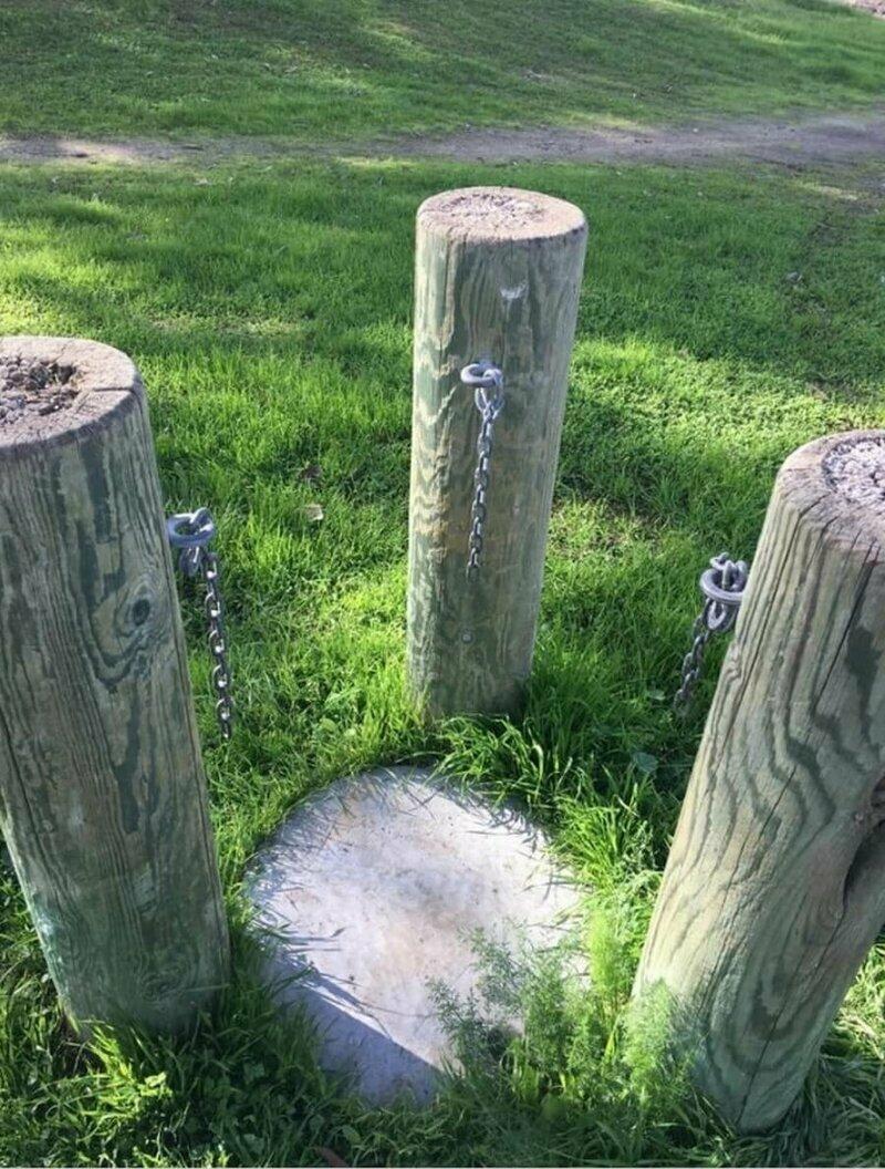В парке заметили около тропинки необычные столбы с цепями