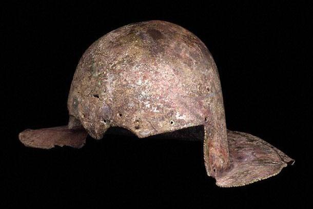 8. Шлем римского гладиатора, который жил в 1 веке нашей эры, найденный в Хоукедоне