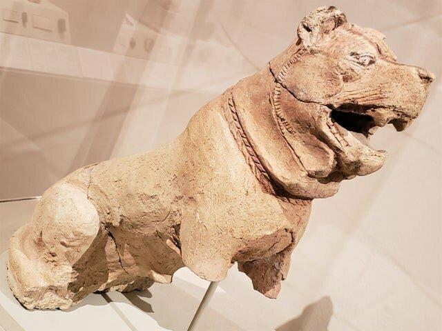 5. Середина 2-го тысячелетия до нашей эры. Скульптура собаки с ошейником напоминает современного мастифа