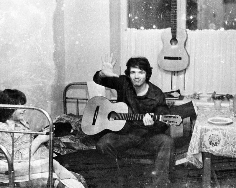Если кто-то играл на гитаре, то в комнату сбегались со всех этажей