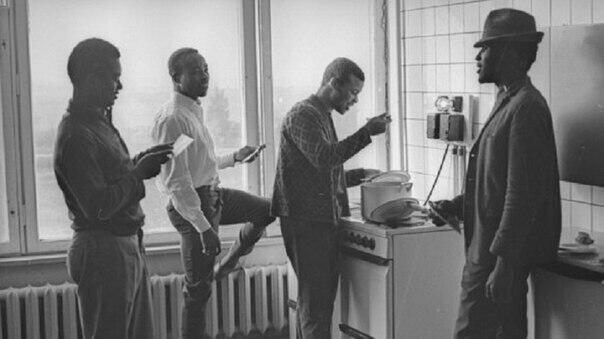 Студенты из стран Африки на кухне общежития, 1980-е годы