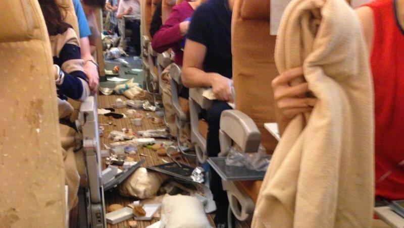 Люди, которые мусорят в самолёте, и другом общественном транспорте.