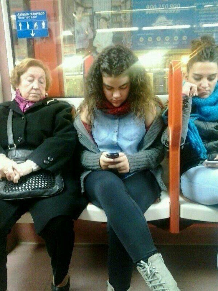 Люди, заглядывающие в чужие телефоны