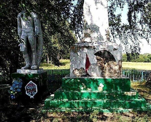 Памятник погибшим в Великой Отечественной войне в деревне Спасские Мурзы до реставрации