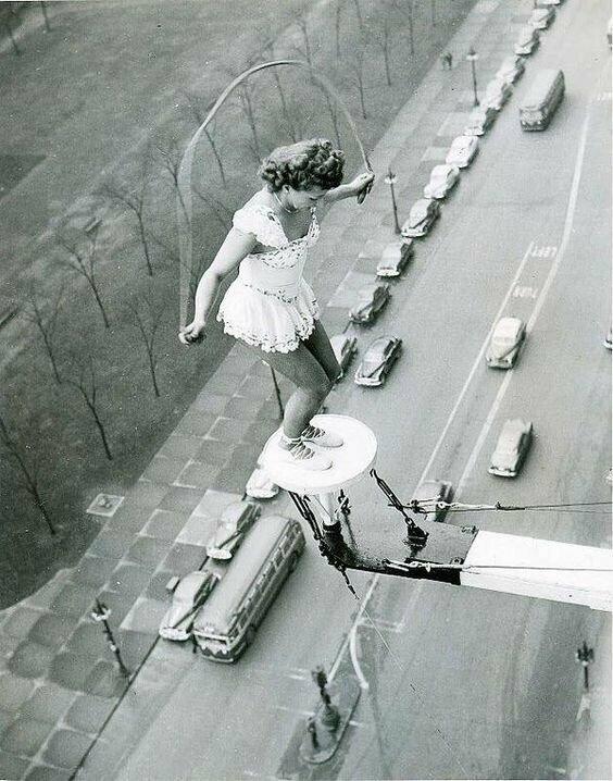 Циркачка скачет на скакалке на огромной высоте