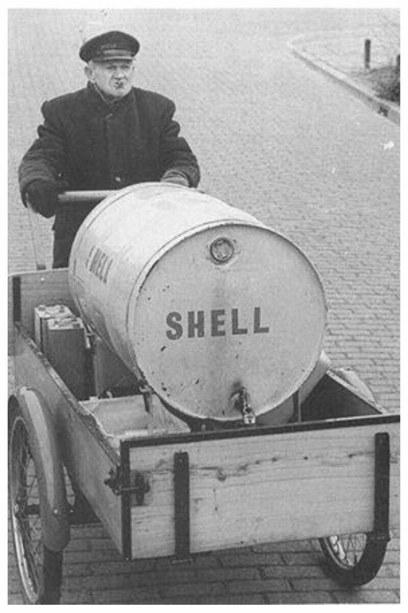 Развзока нефти для домашнего пользования - ею топили печи, готовили на ней еду