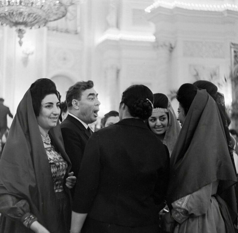 Леонид Ильич Брежнев с участницами Всемирного конгресса женщин. 1963 год.