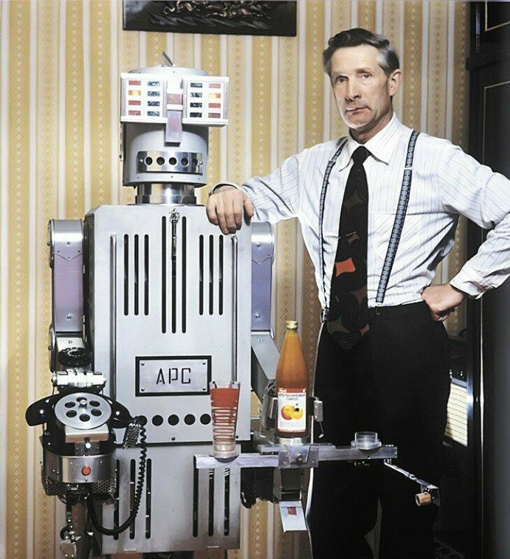 Борис Гришин и его творение: робот АРС. 1980-е