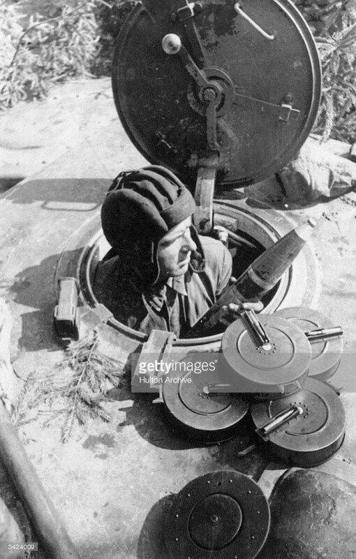 Погрузка 76-мм снарядов и дисков к танковому пулемёту ДТ в тяжёлый КВ-1. ВОВ