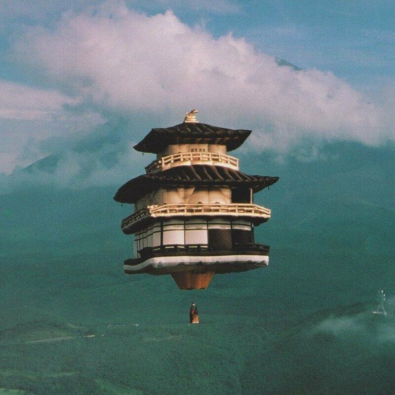 Золотая пагода в полете перед Фудзиямой, Япония, 1990 г.