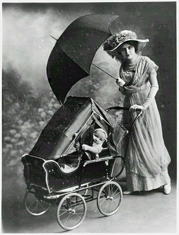 Детская коляска с защитой от непогоды. 1913 год