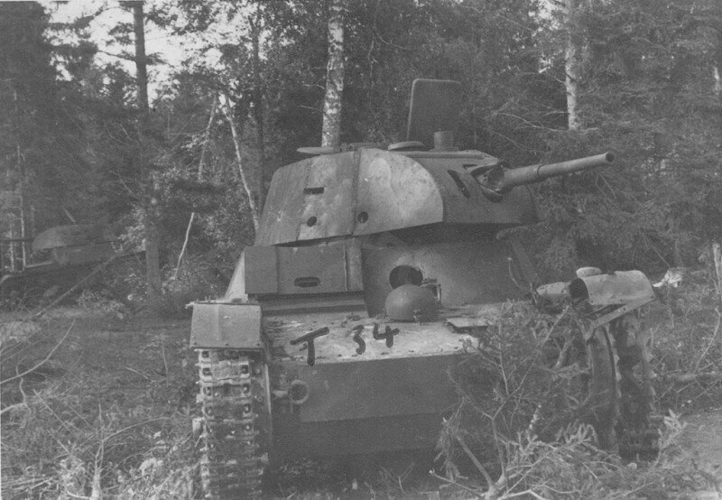 """Немецкое фото уничтоженного советского экранированного Т-26 с подписью на фото """"Т 34""""."""