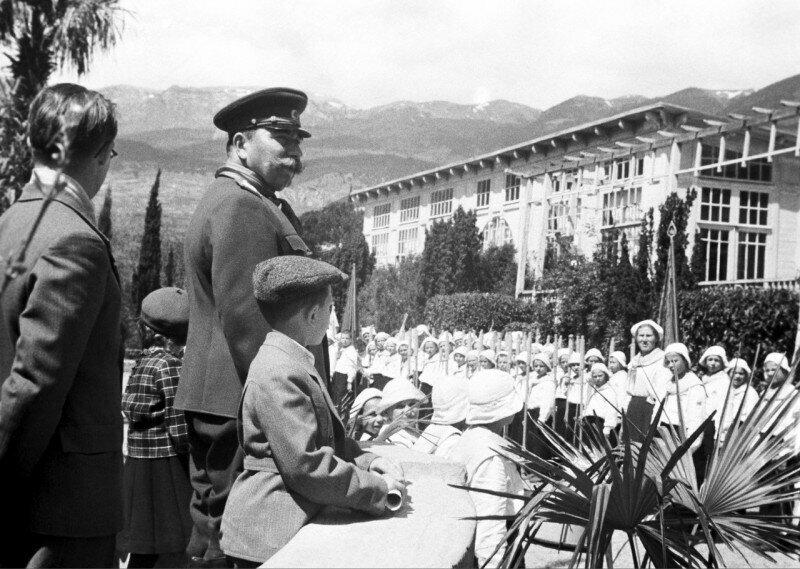Маршал Советского Союза Семен Буденный в пионерском лагере Артек, 1946 год