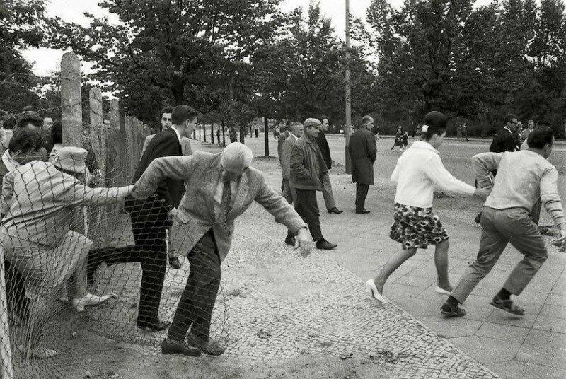 Жители Восточного Берлина бегут на Запад через дырку в заборе, пока пограничники не видят, 15 августа 1961 г, Берлин