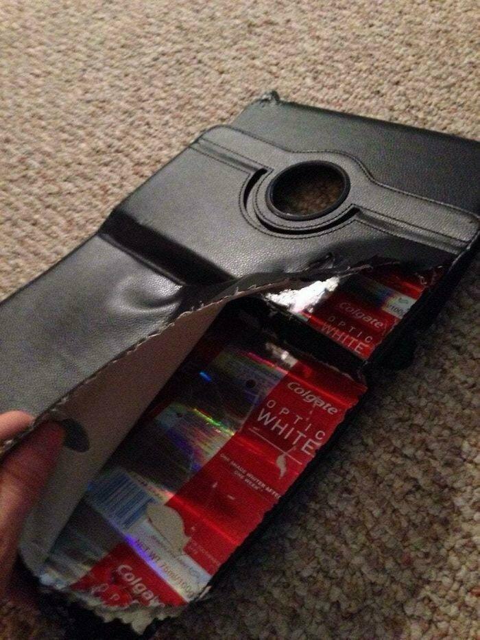 """""""Внутри моего чехла для iPad старые упаковки от зубной пасты"""""""