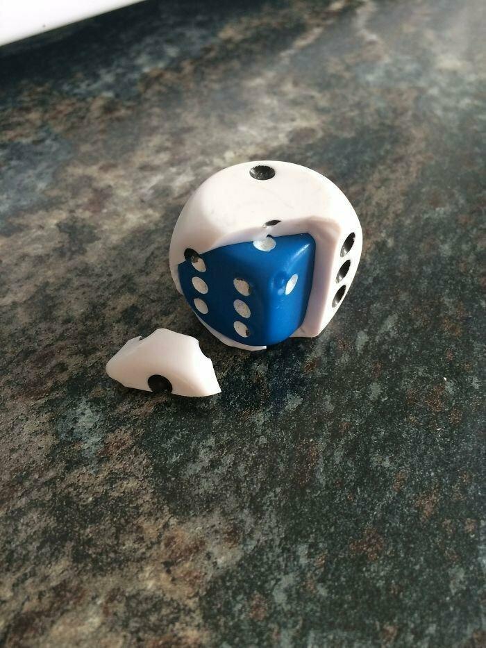 Производитель этого кубика постарался, поместив ещё один кубик внутрь другого, чтобы когда ваш старый кубик разобьётся у вас был новый
