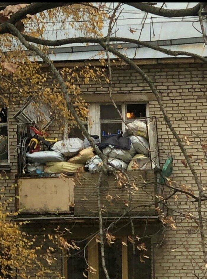 Балкон запасливого соседа