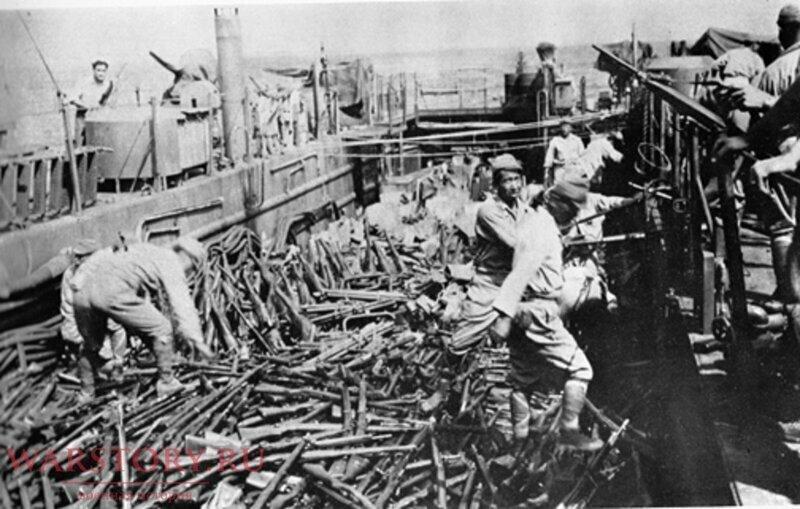 Американцы особо не заморачивались - на фото пленные солдаты 58-й армии Японии сбрасывают винтовки Arisaka Type 38 с десантного корабля ВМС США в Тихий океан возле острова Сайшуто
