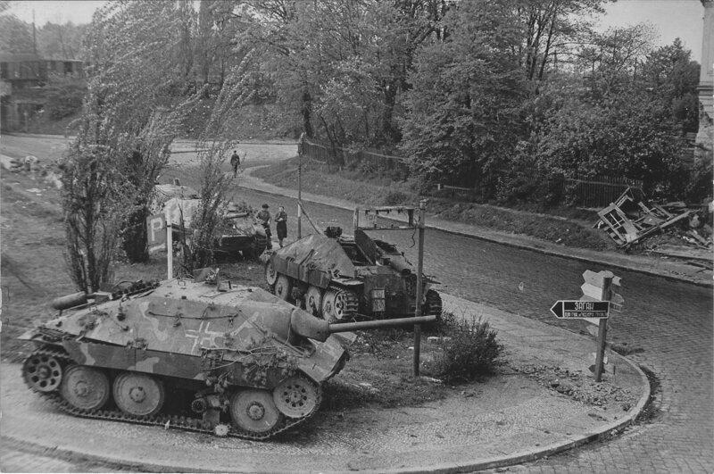 После 1944 года, когда войска продвинулись ближе к германии, были созданы специальные подразделения по очистке полей сражений