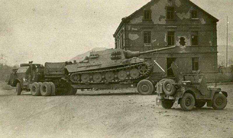 M26 перемещает восстановленный Jagdtiger в оккупированной Германии в конце Второй мировой войны.