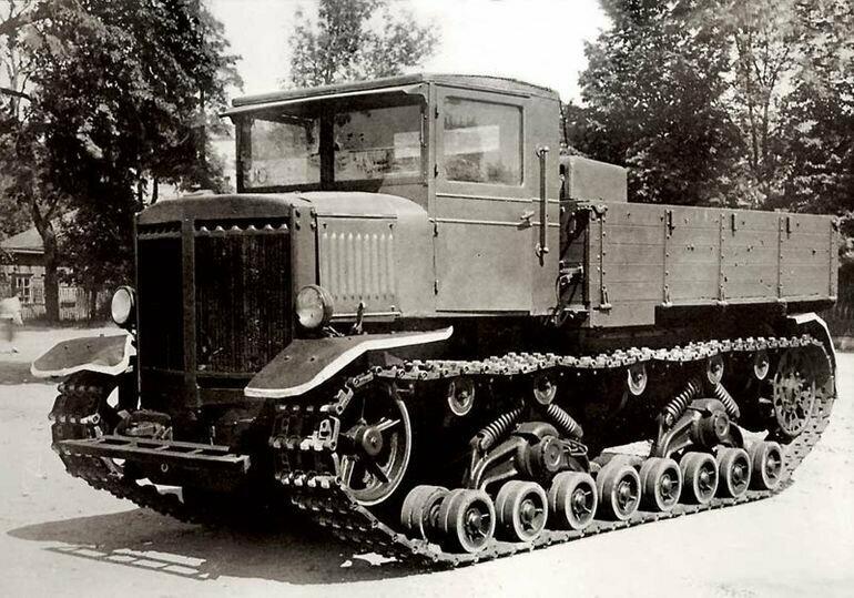 Один из советских тягачей - тяжелый артиллерийский тягач «Ворошиловец»