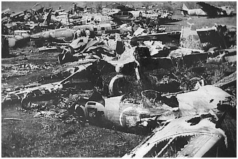 Это поле брошенных японских военных самолетов в голландской Ост-Индии было разбомблено ВВС Нидерландов в 1946 году - опасения нового нападения со стороны Японии требовали нетривиальных действий